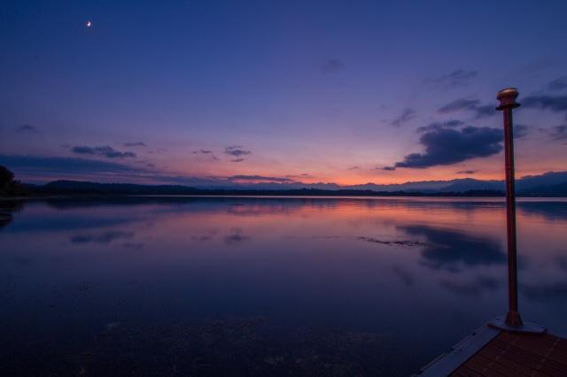 Le ultime luci accarezzano il lago di Varese